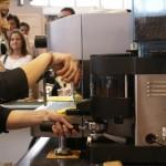 Dávkování kávy z perfektně nastaveného mlýnku