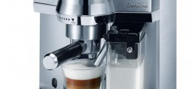 Pákové kávovary DeLonghi šlehají mléko.